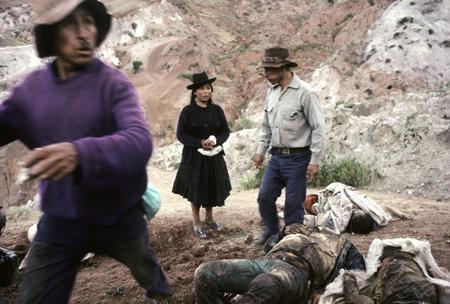 Autoridades y familiares de las víctimas de la matanza de Socos, Ayacucho, proceden a exhumar los cadáveres de 32 comuneros. Foto: Vera Lentz.